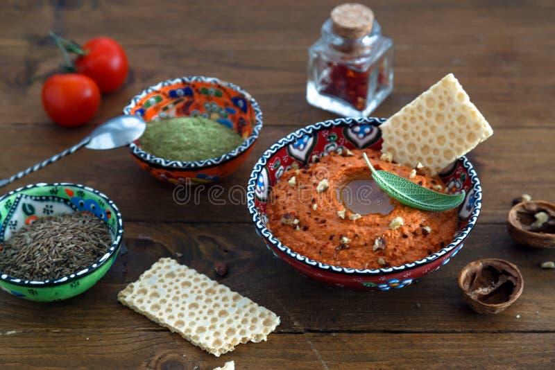Valnötter och peppar doppar sås Muhammara och ingrediensnärbild på tabellen horisontal royaltyfria foton