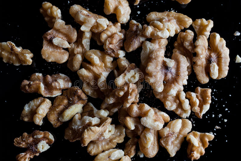 Valnötter på svart bakgrund direkt från över fotografering för bildbyråer