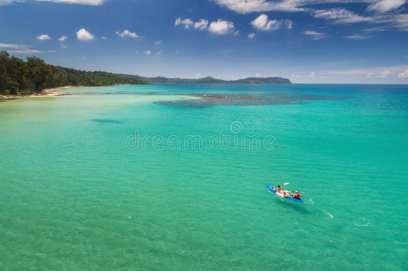 Valor máximo de concentração no trabalho do Koh da opinião do zangão com kayaking fotografia de stock
