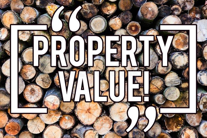 Valore di una proprietà di scrittura del testo della scrittura Stima di significato di concetto degno del fondo di legno di valut fotografia stock libera da diritti