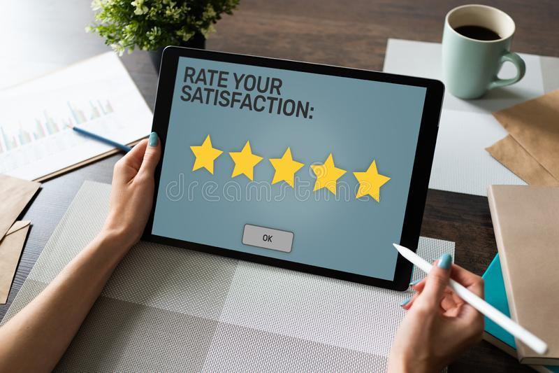 Valore su experiencia Estudio de la satisfacci?n del cliente Estrella cinco en la pantalla del dispositivo Concepto del control d fotografía de archivo