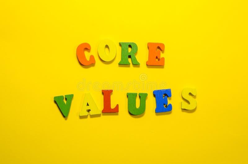 Valores do núcleo das palavras com letras de madeira imagem de stock