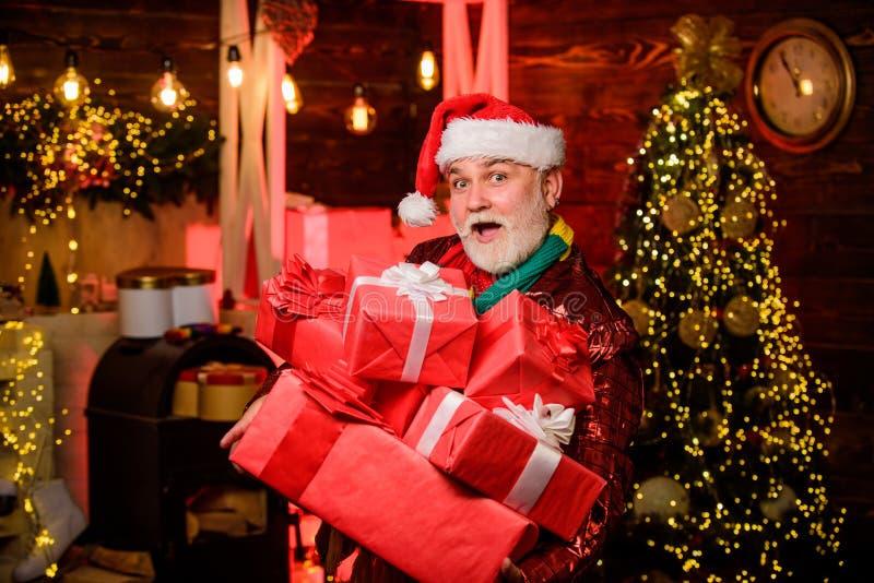 Valores familiares Avô com barba branca e caixas de presentes Pai Natal Boxing Day Celebração de Natal Novo foto de stock
