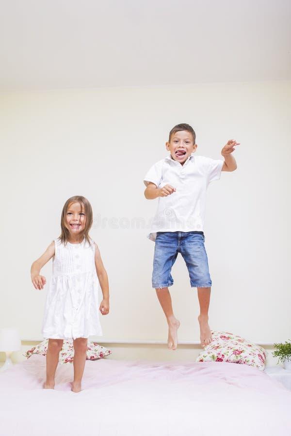 Valores familiares e relacionamentos Crianças felizes que jogam dentro jum fotografia de stock royalty free