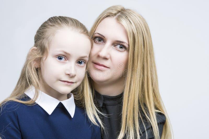 Valores familiares Retrato de la madre y de la hija que se sientan junto abrazado imagen de archivo libre de regalías