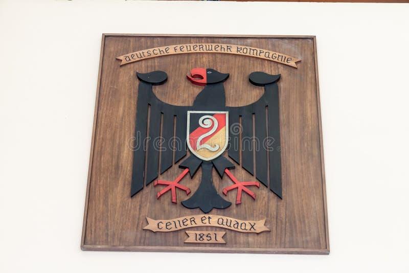 VALPARAISO, CHILE - 29. MÄRZ 2015: Hölzernes Wappen der deutschen Gruppe Valparaiso-Feuerwehrmanns stockfotos