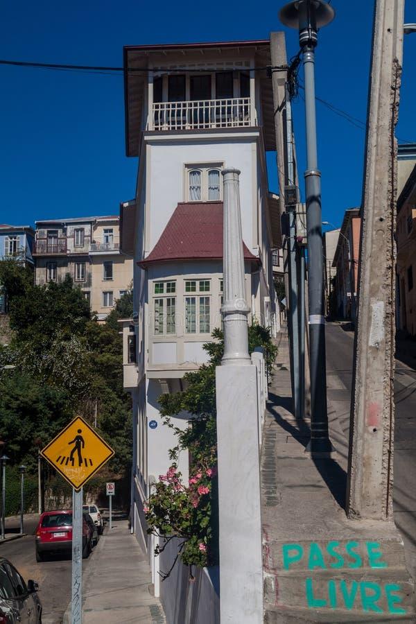 VALPARAISO, CILE - 29 MARZO 2015: Costruzione bianca alta in Valparaiso, 'chi' fotografia stock