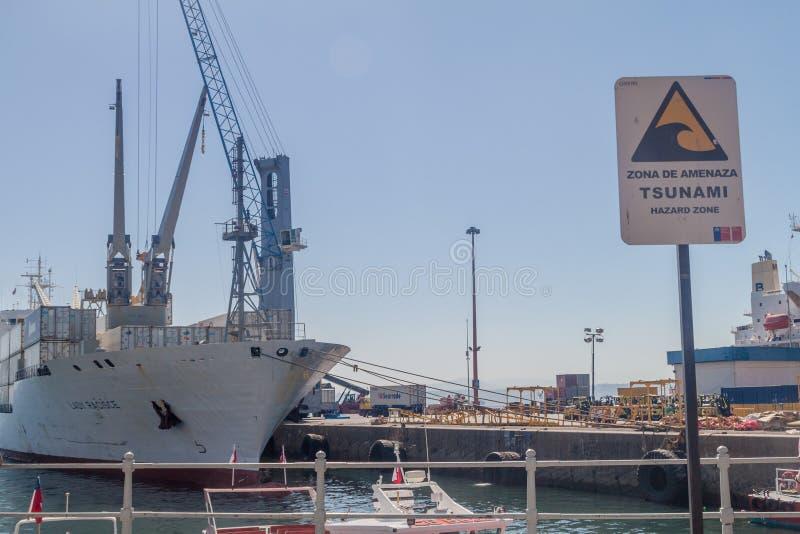 VALPARAISO, O CHILE - 29 DE MARÇO DE 2015: A zona do perigo do tsunami assina em um porto de Valparaiso, qui imagem de stock royalty free