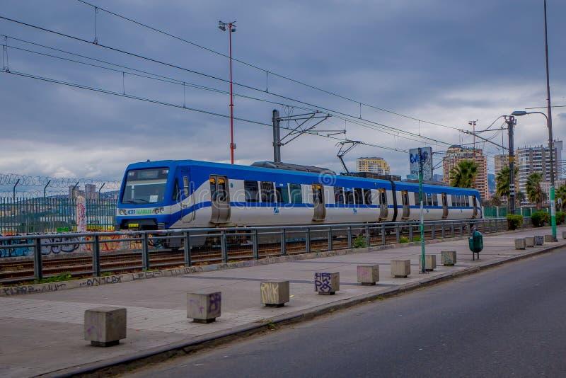 VALPARAISO, O CHILE - SETEMBRO, 15, 2018: Trem do metro em Valparaiso, o Chile que conecta Valparaiso a Vina del Mar imagens de stock royalty free