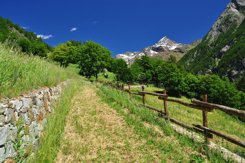 Valpelline, Aosta Valle, Italie Journal de hausse en soleil images libres de droits