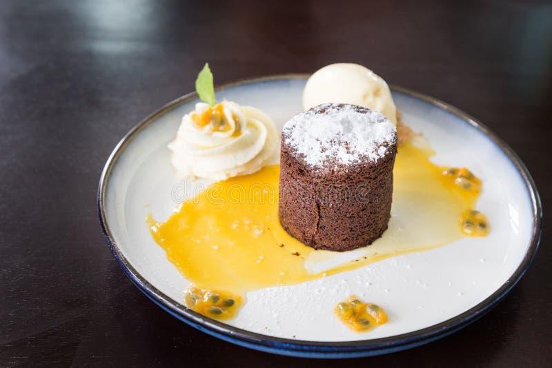 Valrhona chokladmoelleux eller smält kaka med passionfrukt royaltyfri bild