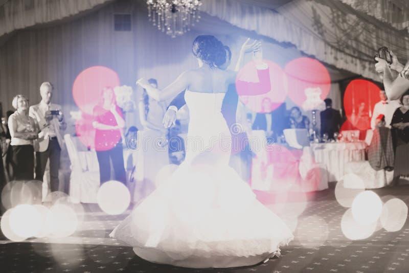 Vals de los pares de la boda, efecto del bokeh imagenes de archivo