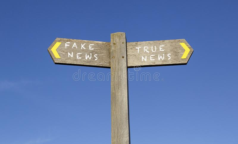 Vals nieuws en waar nieuws - het concept voorziet van wegwijzers stock foto