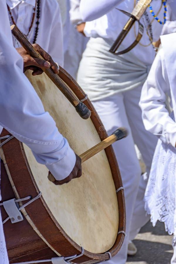 Valsar som spelas i en klosterbroder och en populär festival royaltyfri bild
