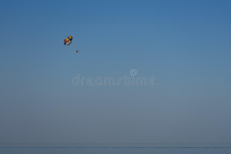 Valscherm achter elkaar over het overzees tegen de blauwe hemel stock afbeeldingen