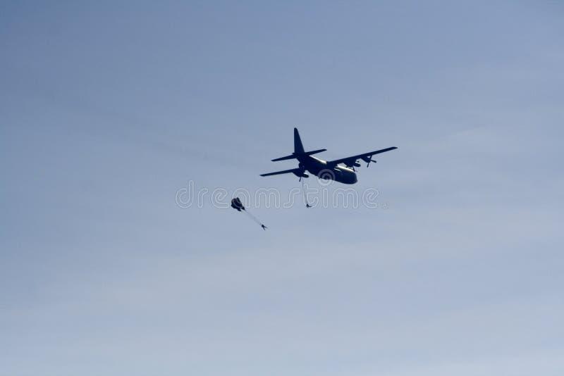 Valschermjagers en hercules vliegtuig royalty-vrije stock afbeelding