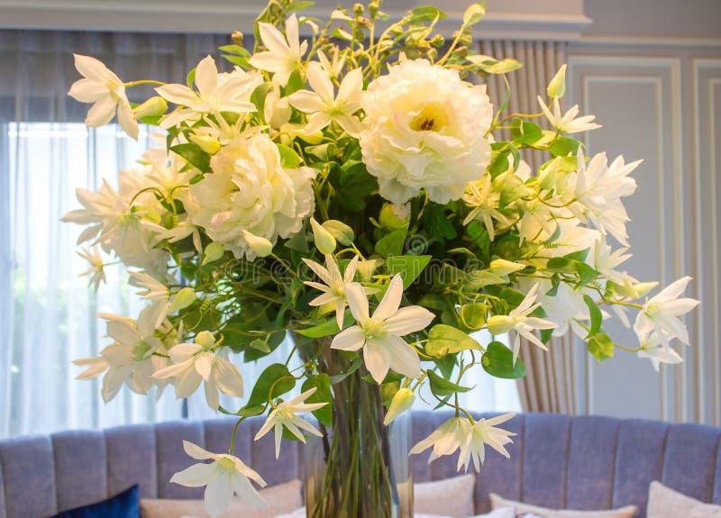 Valse bloemen in de vaas in de eetkamer royalty-vrije stock fotografie