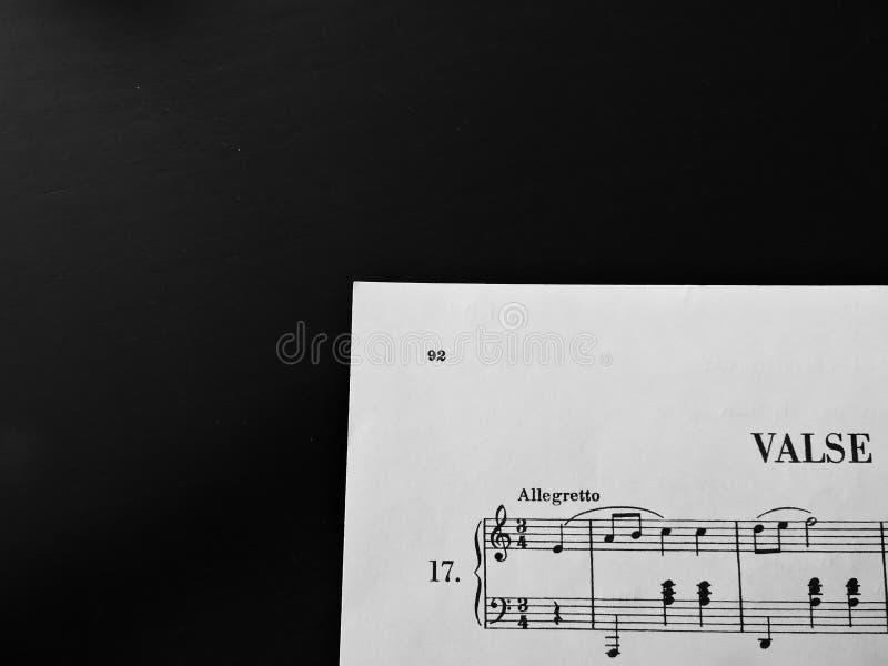 Valse muzyczny prześcieradło na czerni zdjęcia stock