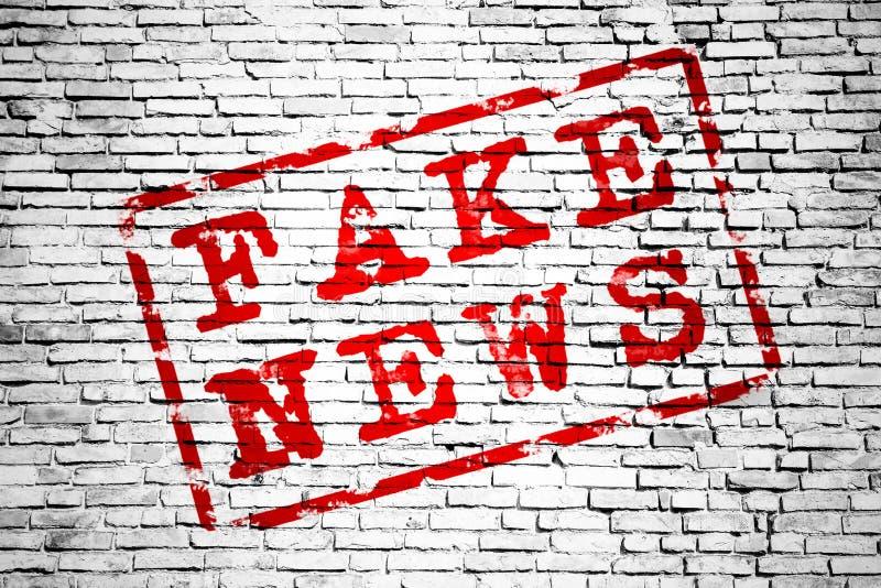 Valse nieuws rode die tekst door rood kader over een eenvoudige witte en grijze de textuurachtergrond van het bakstenen muur naad stock illustratie