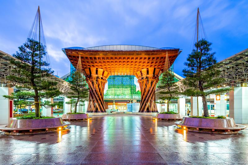 Valsport av den nya Kanazawa stationen, Japan royaltyfri bild
