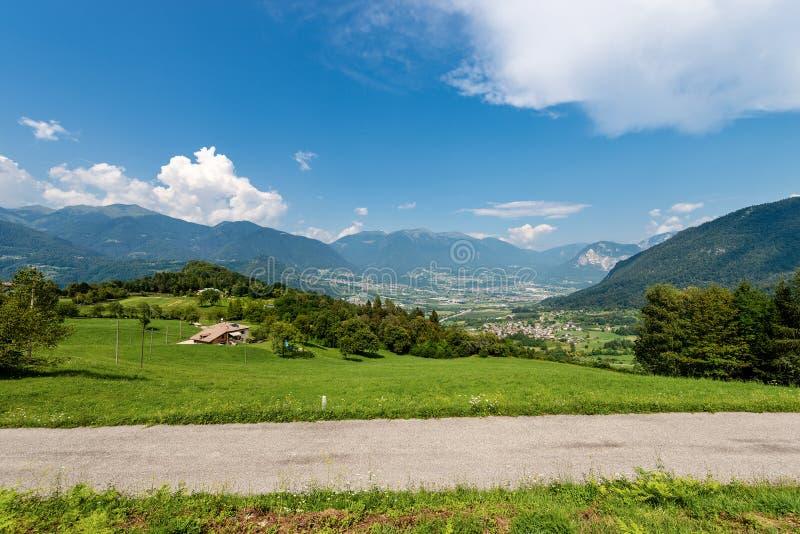 Valsugana - valle ed alpi di Sugana - l'Italia fotografia stock libera da diritti