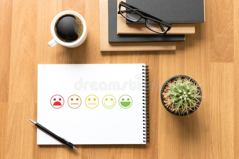 valt lyckligt för för affärsman och kvinna på tillfredsställelseutvärdering? arkivbilder