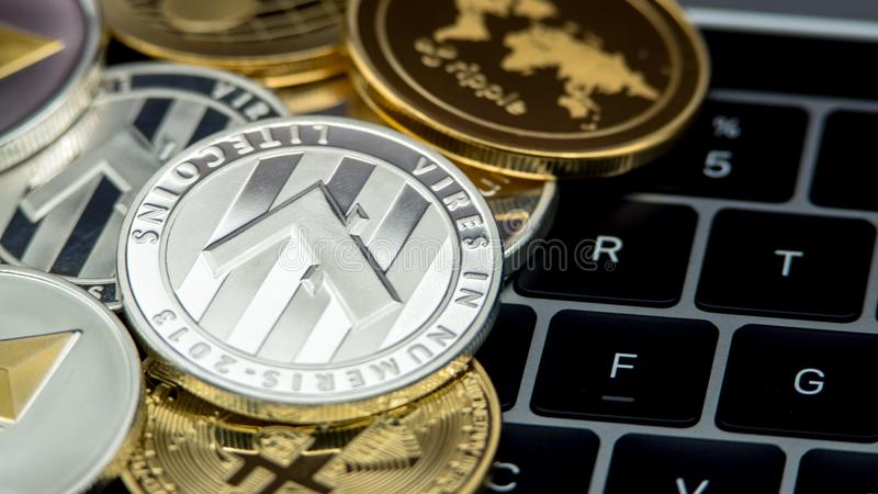 Valuta d'argento di Litecoin del metallo fisico sulla tastiera di computer portatile LTC fotografia stock libera da diritti