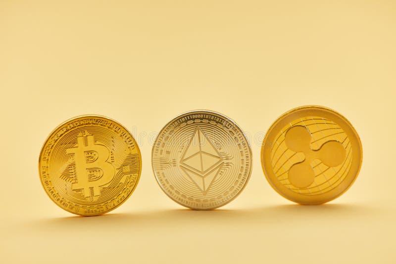 Valuta di Digital dell'ondulazione dell'etere di Bitcoin come monete fotografia stock libera da diritti