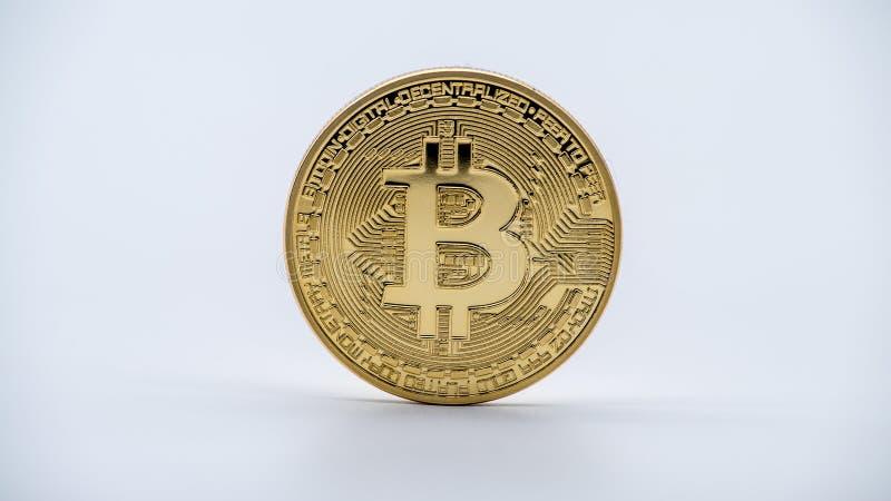 Valuta dorata di Bitcoin del metallo fisico, fondo bianco Cryptocurrency immagini stock libere da diritti