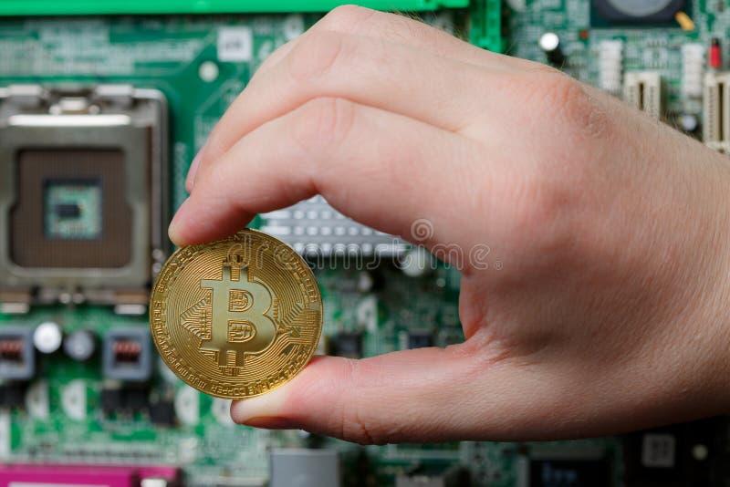 Valuta globale virtuale di Bitcoin della tenuta della mano della persona immagine stock libera da diritti