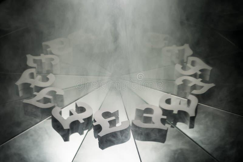 Valutasymbol för brittiskt pund på spegeln och som täcker i rök fotografering för bildbyråer