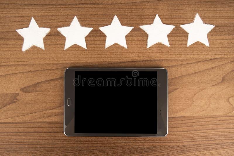 Valutazione di qualità del prodotto di cinque stelle sulla cottura del fondo, vista superiore fotografia stock