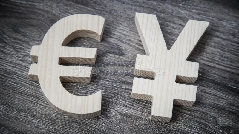 Valutazione di scambio Euro, Yen sulla parete di legno fotografia stock