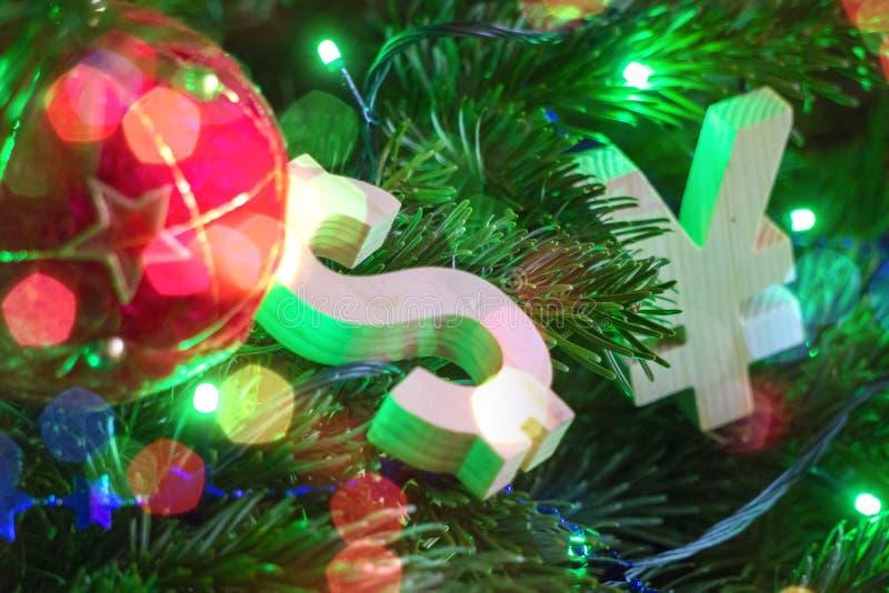 Valutazione di scambio Yen, dollaro sull'albero di Natale verde con le decorazioni d'annata rosse della palla immagini stock libere da diritti
