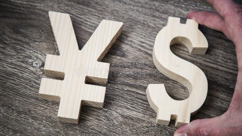 Valutazione di scambio Yen, dollaro sulla parete di legno immagine stock libera da diritti