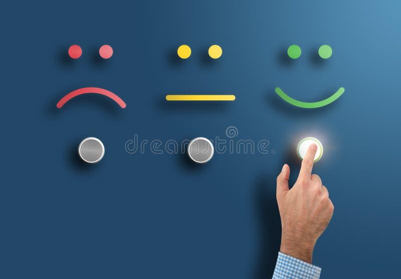 Valutazione di servizio e concetto di indagine con la mano che tocca il bottone dell'interfaccia con il fronte sorridente illustrazione di stock