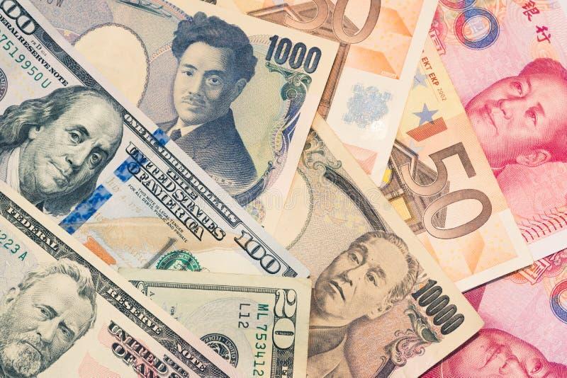 Valutor och pengarutbyte och internationella handelbegrepp royaltyfria bilder