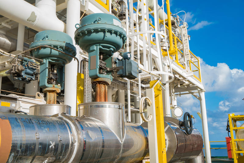 Valve de contrôle automatique sur le pétrole marin et l'industrie du gaz image libre de droits