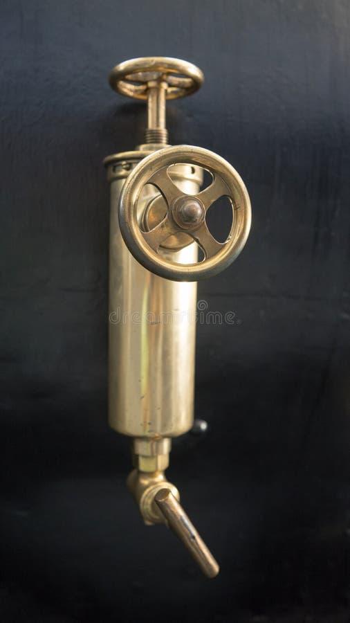 Valve en laiton de vieille machine à vapeur photos stock