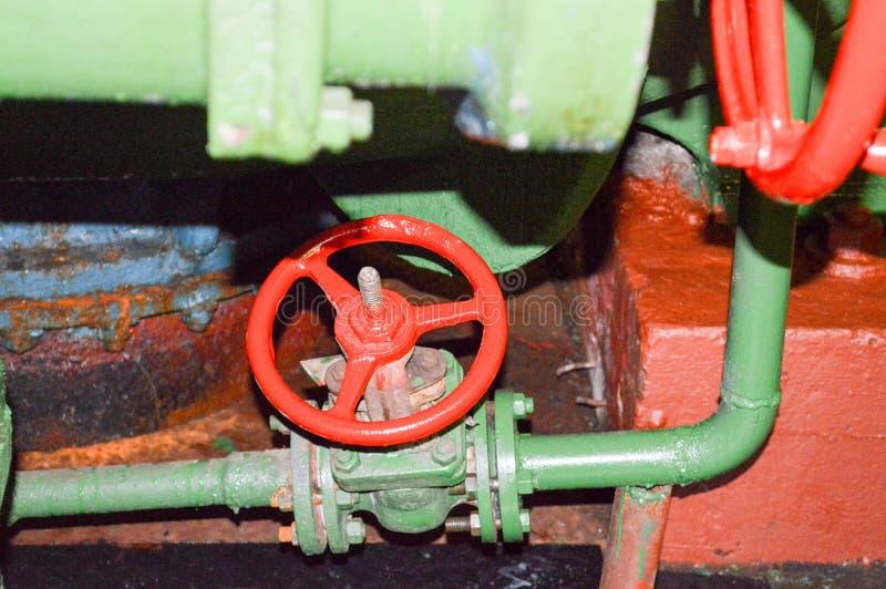 Valve rouge, vannes de régulation à un raffinerie de pétrole photographie stock libre de droits