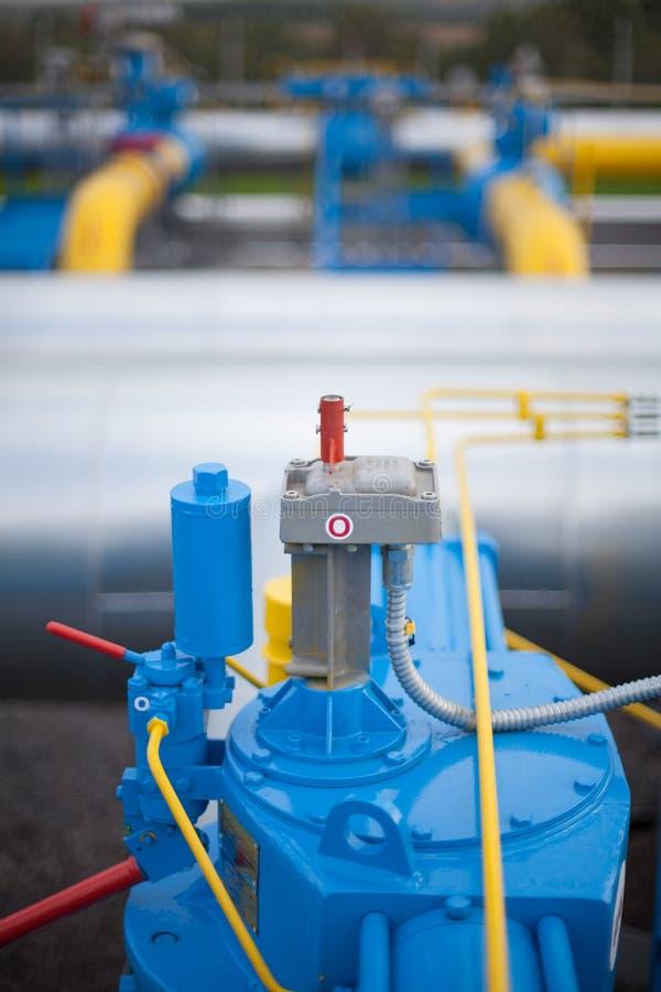 Valve sur la station de distribution de gaz images stock