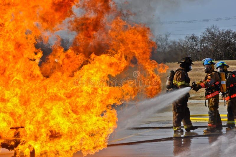 Valve sur le feu avec de hautes flammes images libres de droits