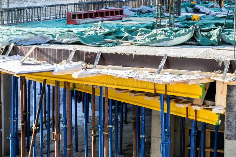 Valves de tricotage pour les murs porteurs Construction monolithique de cadre du bâtiment Murs solides de béton E images libres de droits