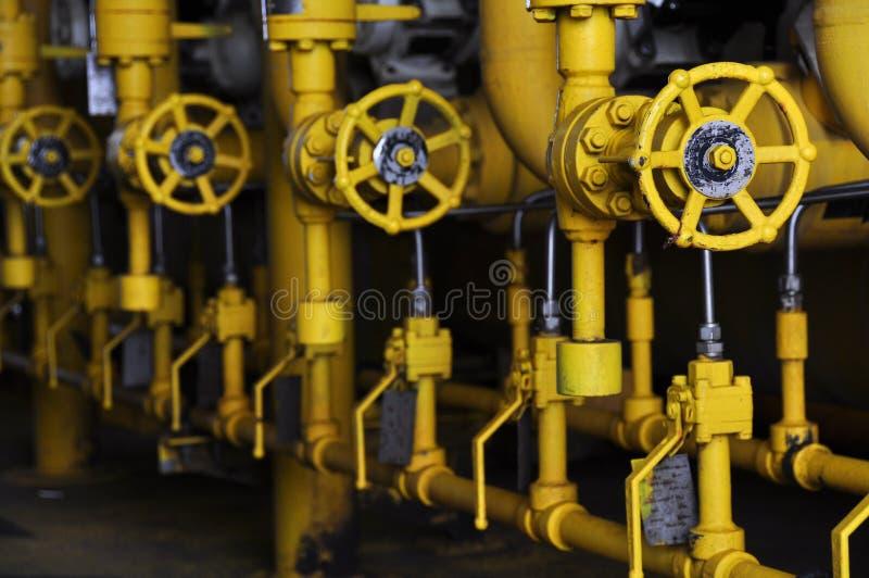 Valves manuelles dans le processus Le processus de fabrication a utilisé la valve manuelle pour commander le système images stock