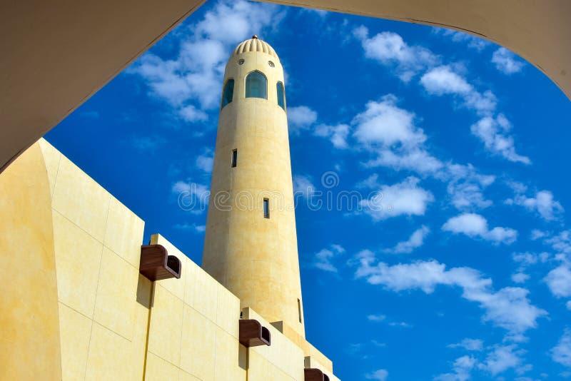 Valvgång inramad minaret med vita moln royaltyfria foton