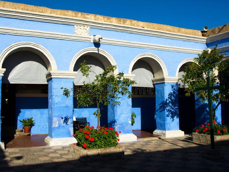 Valvgång med den blåa fasaden i kloster av jultomten royaltyfria bilder