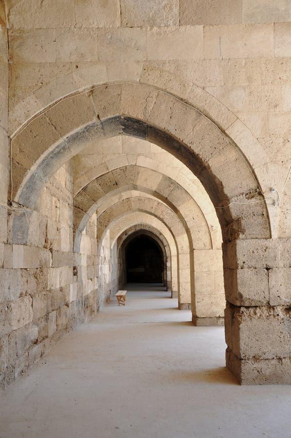 Valvgångar - Sultanhani Caravanserai i Akseray, Cappadocia, Turkiet royaltyfri foto