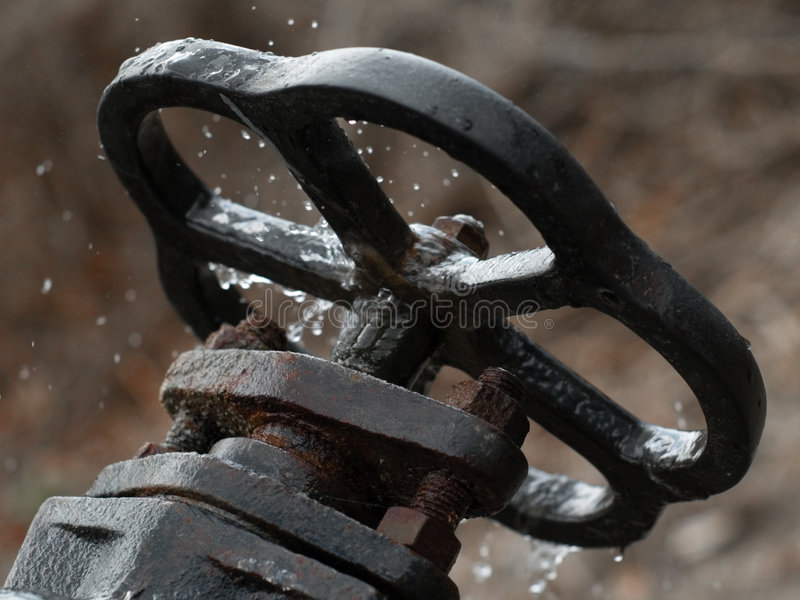 Valvola arrugginita rotta dalla parte posteriore immagini stock libere da diritti