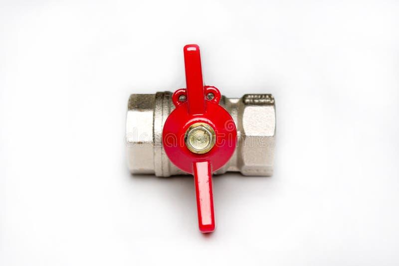 Valvola del metallo dell'acqua con una maniglia rossa immagini stock