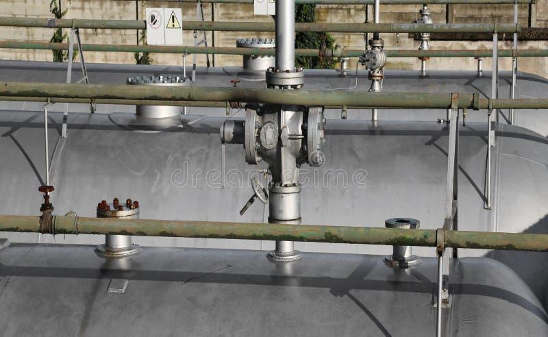 valvola e conduttura di intercettazione giganti sopra il contenitore a pressione di una p immagini stock